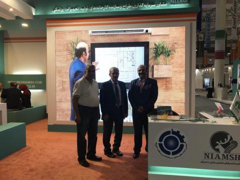 غرفه شرکت نیامش سازنده کارخانه های تولید تجهیزات پزشکی در نمایشگاه سرمایه گذاری کیش