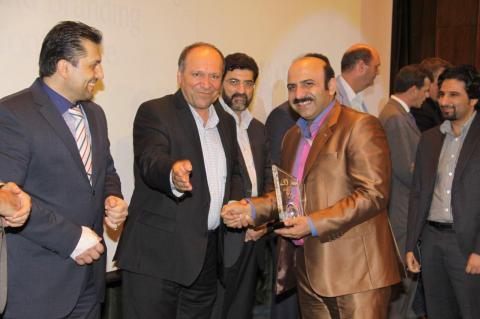 دریافت تندیس بازاریابی اینترنتی از دستان  دکتر جلالی پدر فناوری اطلاعات ایران