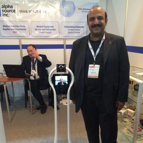 در کنار سازنده دستگاه رباتیک مشابه دکتر آنلاین از کشور چین