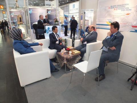 غرفه نیامش در کنار مدیران شرکت فرا طب جراح در نمایشگاه تجهیازت پزشکی آلمان