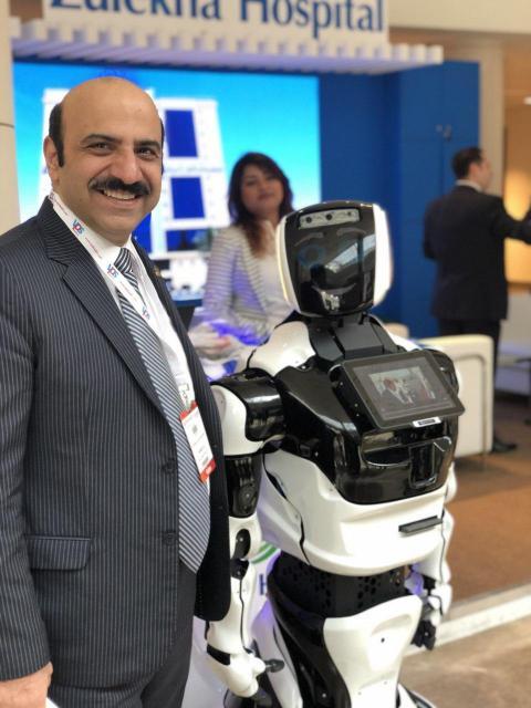 نمایشگاه تجهیزات پزشکی عرب هلث 2019 در کنار ربات بیمارستانی
